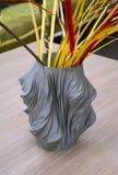 Der Gegenstand, der im Drucker 3d in Form eines Vase geschaffen wird, ist auf dem Tisch Lizenzfreies Stockfoto
