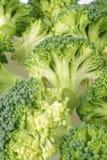 Der gehackte Brokkoli und bereiten für das Kochen vor Stockfoto