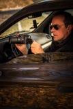 Der geheime Mann, der im Auto versteckt wird, machen Foto Lizenzfreie Stockfotografie