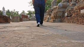 Der gehende Tourist der alte Standort bei Wat Yai Chai Mongkol Wat Yai Chai Mongkol ist ein historischer Tourist in Si Ayutthay P stock footage