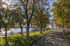 Der Gehweg entlang der Flusspromenade lizenzfreie stockfotos
