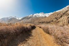 Der Gehweg hat Steinwand und Schneeberg stockfotografie