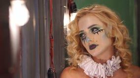 Der Geist eines M?dchens in einer alten Villa, helle Lichter im Vordergrund Halloween stock video footage