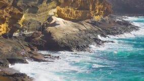 Der gelbe Berg auf der Ozeanküste in Costa del Silencio stock footage