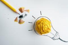 der gelbe Bleistift mit Gelb zerknitterte die gezeichnete Papierball und Hand Stockfotografie