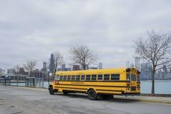 Der gelbe Schulbus geparkt nahe Adler-Planetarium Lizenzfreies Stockfoto