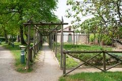 Der Gemüsegarten nahe dem Park und das Landhaus des Gebietes lizenzfreie stockfotografie