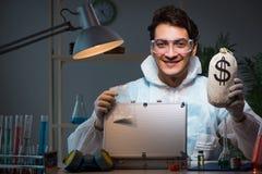 Der gerichtliche Forscher, der im Labor sucht nach Beweis arbeitet stockbilder
