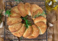 Der gesäuerte Serbe ziehen Flatbread pogaca mit Samen des indischen Sesams auseinander stockfotos