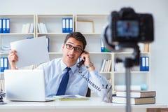 Der Geschäft Blogger, der webcast für seine Teilnehmer tut Stockbilder
