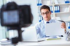 Der Geschäft Blogger, der webcast für seine Teilnehmer tut Stockfoto