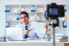 Der Geschäft Blogger, der webcast für seine Teilnehmer tut Stockbild