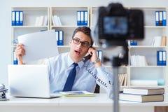 Der Geschäft Blogger, der webcast für seine Teilnehmer tut Lizenzfreie Stockfotos