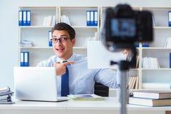 Der Geschäft Blogger, der webcast für seine Teilnehmer tut Lizenzfreies Stockbild