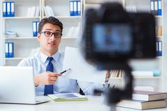 Der Geschäft Blogger, der webcast für seine Teilnehmer tut Lizenzfreie Stockfotografie