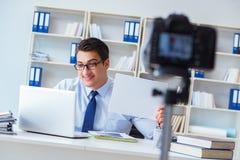 Der Geschäft Blogger, der webcast für seine Teilnehmer tut Lizenzfreies Stockfoto