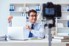 Der Geschäft Blogger, der webcast für seine Teilnehmer tut Stockfotografie