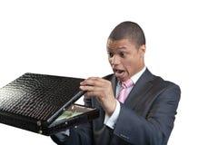 Der Geschäftsmann öffnet einen Aktenkoffer Stockfotos