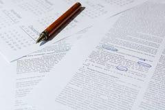 Der Geschäftsmann analysiert Lizenzfreies Stockbild