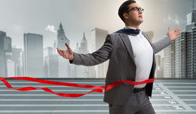 Der Geschäftsmann auf dem Konzept der Ziellinie in Konkurrenz stockfotos