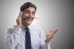 Der Geschäftsmann auf den Telefonbeiliegen sein Gegner lizenzfreie stockbilder