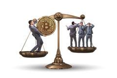 Der Geschäftsmann auf Skalen mit bitcoins und anderen Geschäftsmännern Stockfotos