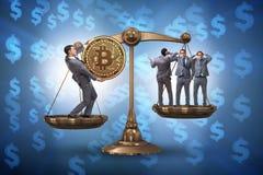 Der Geschäftsmann auf Skalen mit bitcoins und anderen Geschäftsmännern Lizenzfreies Stockbild
