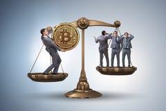 Der Geschäftsmann auf Skalen mit bitcoins und anderen Geschäftsmännern Stockfotografie