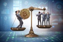 Der Geschäftsmann auf Skalen mit bitcoins und anderen Geschäftsmännern Lizenzfreie Stockbilder