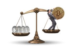 Der Geschäftsmann auf Skalen mit bitcoins und anderen Währungen Lizenzfreie Stockbilder