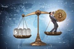 Der Geschäftsmann auf Skalen mit bitcoins und anderen Währungen Stockfoto