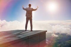 Der Geschäftsmann bereit zu den neuen Herausforderungen im Geschäftskonzept stockbilder