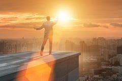 Der Geschäftsmann bereit zu den neuen Herausforderungen im Geschäftskonzept lizenzfreie stockbilder