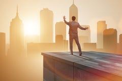 Der Geschäftsmann bereit zu den neuen Herausforderungen im Geschäftskonzept lizenzfreies stockfoto