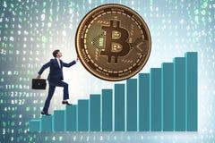 Der Geschäftsmann, der bitcoin in cryptocurrency blockchain Konzept drückt Stockbild