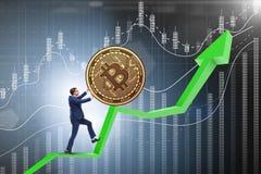 Der Geschäftsmann, der bitcoin in cryptocurrency blockchain Konzept drückt Stockbilder