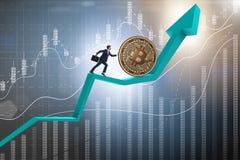 Der Geschäftsmann, der bitcoin in cryptocurrency blockchain Konzept drückt Stockfoto