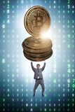 Der Geschäftsmann, der bitcoin in cryptocurrency blockchain Konzept hält Lizenzfreies Stockbild