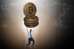 Der Geschäftsmann, der bitcoin in cryptocurrency blockchain Konzept hält Stockfotografie