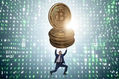 Der Geschäftsmann, der bitcoin in cryptocurrency blockchain Konzept hält Stockfotos