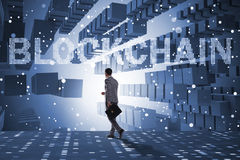 Der Geschäftsmann in blockchain cryptocurrency Konzept Lizenzfreies Stockfoto