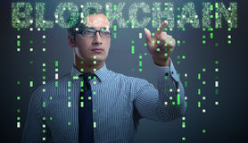 Der Geschäftsmann in blockchain cryptocurrency Konzept Lizenzfreies Stockbild