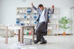 Der Geschäftsmann, der den Spaß macht eine Pause im Büro bei der Arbeit hat Stockbilder