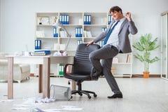 Der Geschäftsmann, der den Spaß macht eine Pause im Büro bei der Arbeit hat Stockbild