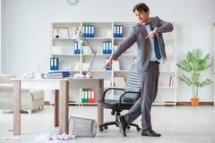 Der Geschäftsmann, der den Spaß macht eine Pause im Büro bei der Arbeit hat Lizenzfreie Stockfotos