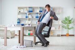 Der Geschäftsmann, der den Spaß macht eine Pause im Büro bei der Arbeit hat Lizenzfreies Stockbild