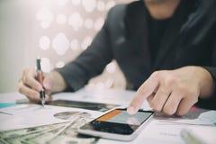 Der Geschäftsmann, der Finanzen berechnen tut an, Analysefunktion stockfoto