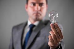 Der Geschäftsmann, der Glühlampe im Kreativitätskonzept hält Lizenzfreie Stockbilder