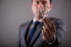 Der Geschäftsmann, der Glühlampe im Kreativitätskonzept hält Lizenzfreies Stockfoto