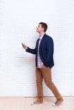 Der Geschäftsmann, der Handy Smartphone verwendet, schauen oben, um Kommunikation des Raum-Sozialen Netzes zu kopieren Lizenzfreie Stockfotografie